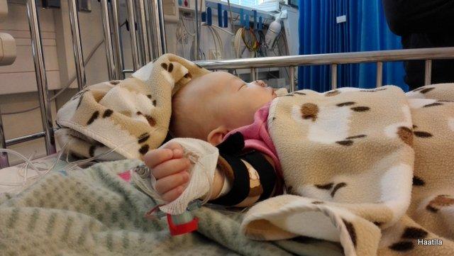Pieni vauva leikkauksessa